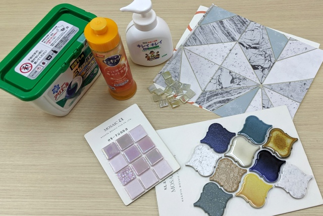 壁紙・タイルと日用品の比較